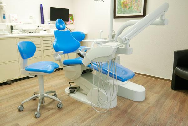 Behandlungsräume blauer Stuhl