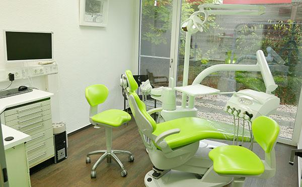 Behandlungsräume grüner Stuhl
