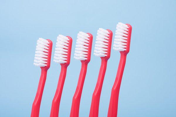 5 rote Zahnbuersten